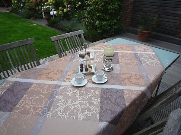 Geliebte Tafelfreuden! – Schmucke Tischdecke in Beige mit fantasievollen Ornamenten 2