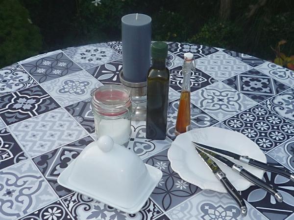 Landhaus-Look: Pflegeleichte Tischdecke mit Mosaik-Karos in schwarz-weiß-grau